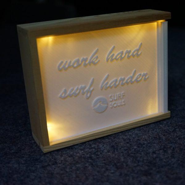 litophane-lampe-mit-box-work-hard-surf-harder